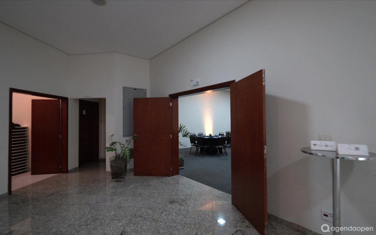Vinhedo Plaza Hotel localizado em Jardim Primavera, Vinhedo tem 5 salas e espaços para Reunião e Evento. Alugue sala para reunião, palestra, workshop, apresentação, e muito mais!
