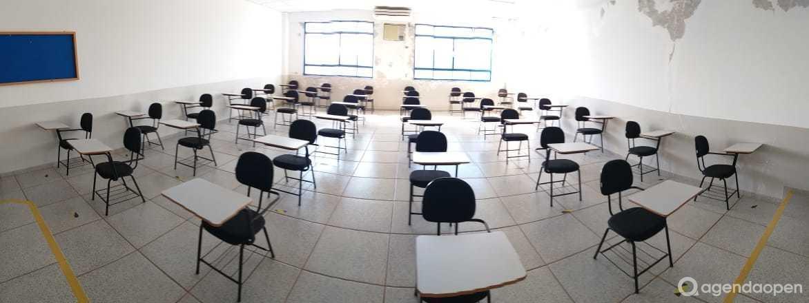 Salas de aula tamanho G, com capacidade de 80 a 100 pessoas