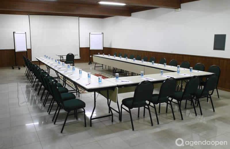 localizado em ,  tem  sala e espaços para Reunião e Evento. Alugue sala para reunião, palestra, workshop, apresentação, e muito mais!