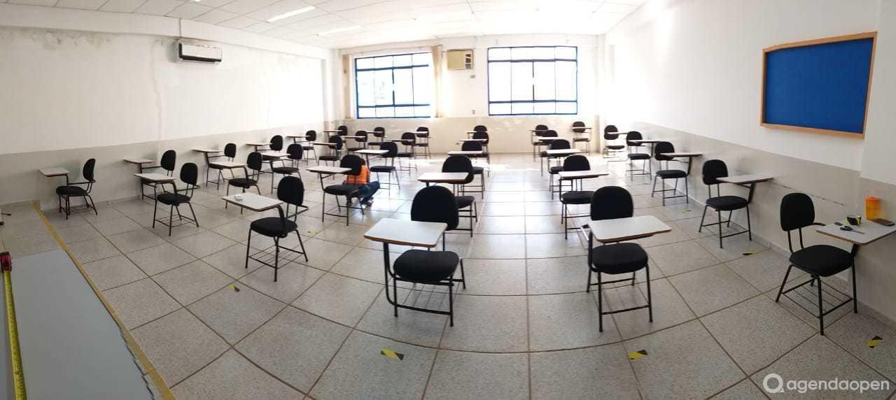 Salas de aula tamanho M, com capacidade de 40 à 60 pessoas